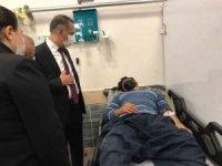Vali Çuhadar, kaza yapan tarım işçilerini hastanede ziyaret etti