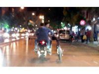 Motosiklet Üzerinde Bisikletle Tehlikeli Yolculuk