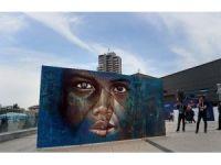 """Dünya İnsani Zirvesi'ndeki """"Mülteci Çocuk"""" Grafitisine Yoğun İlgi"""