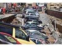 İtalya'da Yol Çöktü, 20 Araç İçine Düştü