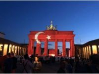 Almanlar, Brandenburg Kapısına Yansıttıkları Ay Yıldızla Terörü Kınadı