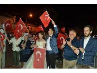 Düğünden çıkıp demokrasi nöbetine gittiler