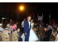 Manisa'da gelin ve damat demokrasi nöbetine koştu