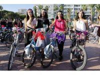 """""""Süslü kadınlar"""" bisiklet için pedalladı"""