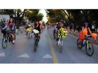 Süslü kadınlar bisiklete dikkat çekti