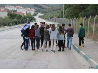 Bursa'da onlarca öğrenci okula gitmek için her gün kilometrelerce yürüyor
