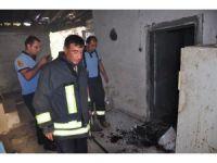 Milas'ta terk edilmiş evdeki yangın mahalleliyi tedirgin etti