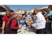 Pazarcılar Odası Cuma Pazarı'nda  Aşure dağıttı