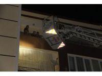 Yangında mahsur kalan aileyi itfaiye kurtardı