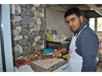 Özbekistanlı genç gezmek için geldiği Türkiye'de kokoreç ustası oldu