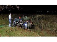 Otomobil ikiye bölündü, itfaiye sazlıkların arasında yaralı aradı