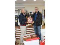 Başkan Dişli'ye iki anlamlı kitap hediye etti