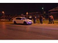 Yoldan karşıya geçmeye çalışan yayaya otomobil çarptı: 1'i ağır 2 yaralı