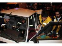 Karşıya geçmeye çalışan yaşlı kadına çarpan otomobil elektrik direğine çarptı, diğer otomobil ise ters döndü