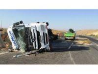 Forklift taşıyan Tır kaza yaptı: 1 yaralı