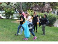 Üniversiteli öğrencilerden temizlik ekiplerine yardım