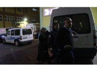 Üşüyen bebek polisin üniformasına sarılarak ısındı