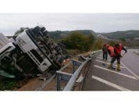 Sinop'ta TIR devrildi: 1 yaralı