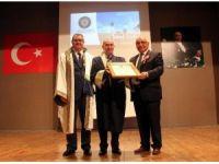 Toros Üniversitesi'nden, 'sakin şehrin' belediye başkanına fahri doktora unvanı