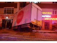 Kontrolden çıkan kamyon, apartman girişine uçtu