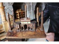 İşçi emeklisi Bitlis tarihini ahşaba işliyor