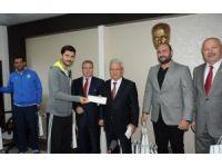 Rektör Özdemir başarılı sporcuları ödüllendirdi
