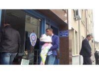 Gözaltına alınan öğretim görevlisinin eşi emzirmesi için bebeğini emniyete getirdi