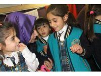 Başbakan Yıldırım'ın kızından öğrencilere kitap seti