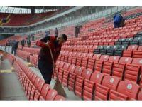 Taraftar, işçilerle birlikte stadın maça yetişmesi için çalışıyor