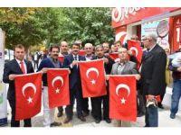 Başkan Çelik vatandaşlara Türk Bayrağı hediye etti
