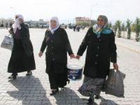 Emine Erdoğan'ı bir kova kızılcıkla tören alanında bekliyor