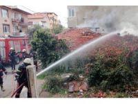 Kartal'da tinerciler gecekonduları ateşe verdi