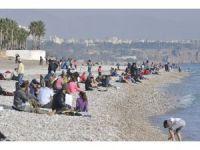 Antalya'da kışa meydan okuyor