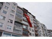 Patlamada ölen Berkay'ın evine dev Türk bayrağı asıldı