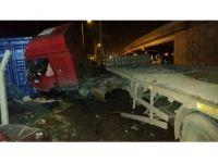 Bariyerlere çarpan tırın sürücüsü yaralandı