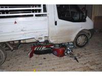 İslahiye'de motosiklet kamyonetin altına girdi