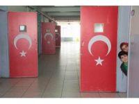 Okulda kapılar Türk bayrakları ve 15 Temmuz kahramanları ile süslendi