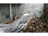 İzmir'de bina duvarı 3 aracın üzerine yıkıldı