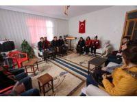Gençler şehidin evini ziyaret etti