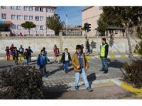 Ömerli ilçesinde öğrencilerin tehlikeli okul yolculuğu