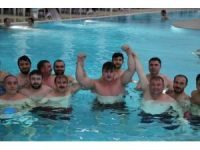 Milli güreşçi Rıza Kayaalp, rakibini bu kez minderde değil havuzda tuş etti