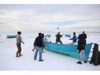 Konya'da balıkçılar donan gölde voleybol oynadı