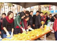 Kumluca'da öğrenciler portakal suyu dağıttı