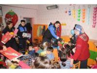 Cizre polisinden terör mağduru minik öğrencilere karne hediyesi