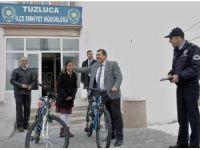 Polisten başarılı öğrencilere bisiklet