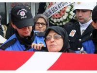 Şehit oğlunu polis üniformasıyla uğurladı