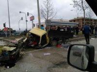 Kazada kamyonet ikiye bölündü 3 kişi yaralandı