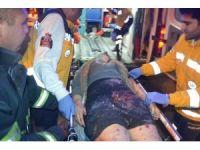 Adana'da direksiyon hakimiyetini kaybeden otomobil, park halindeki kamyonetlere çarptı: 1 kişi ağır yaralı
