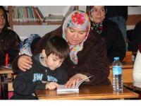 Bilecikli kadınlar ev işlerinden kalan vakti okul kütüphanesinde kitap okuyarak geçiriyor