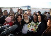 AK Parti'li Enç, Antalya'da çiçeklerle karşılandı
